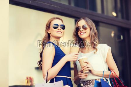 junge frauen mit einkaufstueten und kaffee