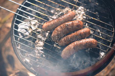 grillen wuerstchen auf grill