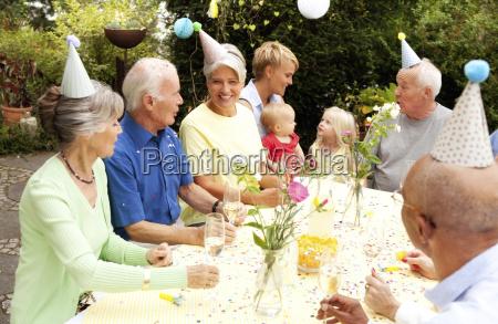 ausgedehnte familie und freunde bei geburtstagsfeier