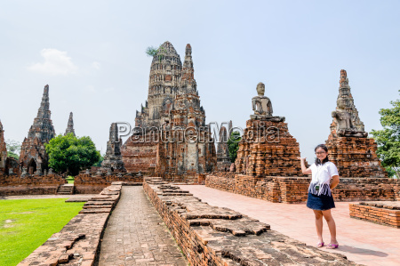 touristische maedchen zeigen hand eingeladen