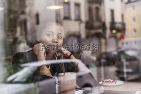 frau cafe warten abwarten warte wartend