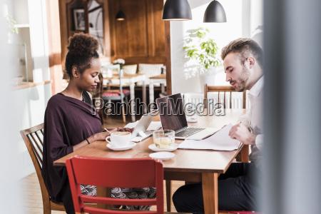 cafe laptop notebook computer tee kommunikation