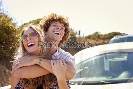 ubekymrede par hugging udendors om sommeren