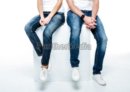 paar in jeans und weisse schuhe