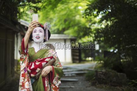 eine frau im traditionellen geisha stil