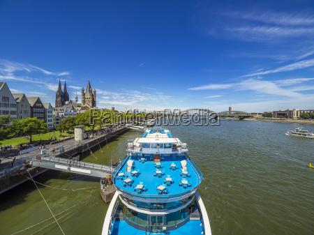 deutschland koeln panormablick mit ausflugsboot auf
