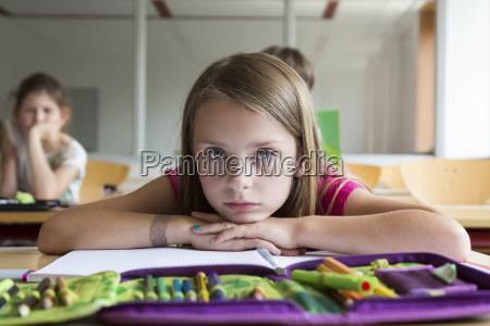 portraet der gelangweilten schuelerin im unterricht