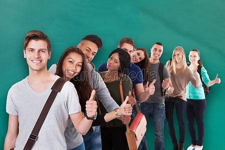 college studenten gestikulieren daumen nach oben