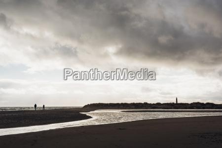 daenemark skagen leuchtturm am strand
