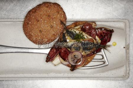 burger im italienischen stil mit sardinen