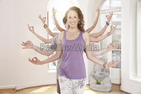 gruppe von yogaleuten die ihre arme