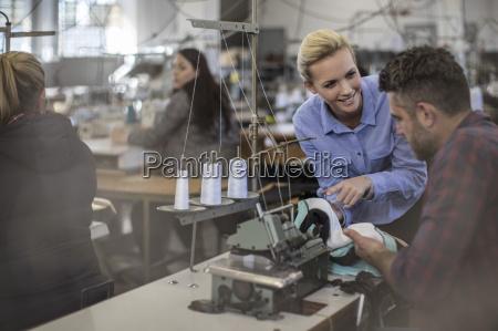 mitarbeiter arbeiten in textilfabrik