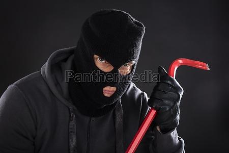 portraet von einem einbrecher mit einem