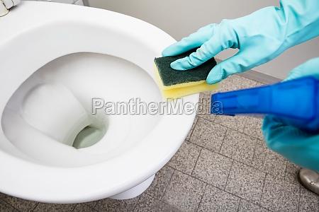 person handreinigung toiletten sponge