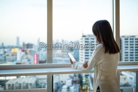 mujer que usa el telefono movil