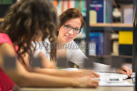 gruppe von studenten studieren hart fuer