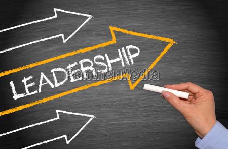 leadership kreidetafel mit pfeilen und hand