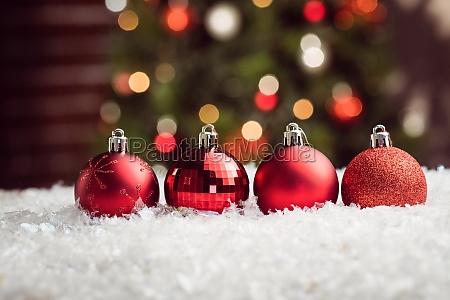 composite bild von weihnachtskugeln aufgereiht
