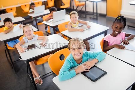 nahaufnahme der schueler die mit laptop