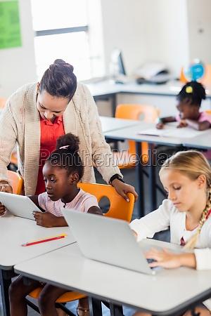 lehrerin die ihren schuelern unterricht mit