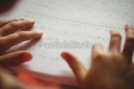 maedchen blindenschrift zu lesen