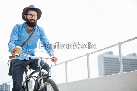 hipster macht fahrrad