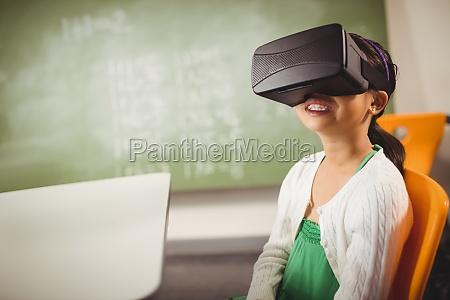 chica sentada usando gafas de realidad