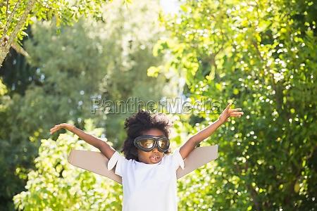 boy spielt als flieger
