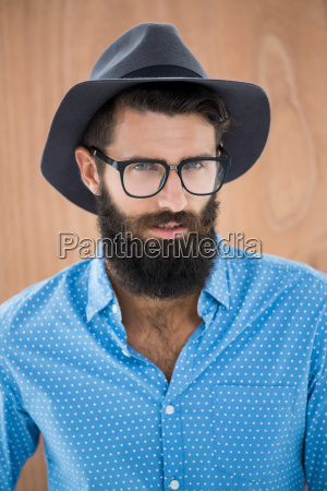hipster traegt brille und hut