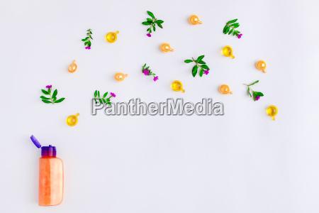 flasche aetherisches oel mit wiesenblumen auf