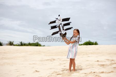 maedchen spielen am strand fliegen schiff