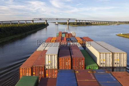 containerschiff auf dem nord ostsee kanal