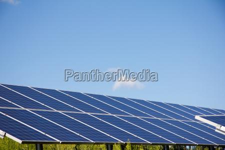 photovoltaikanlage am boden im sommer in