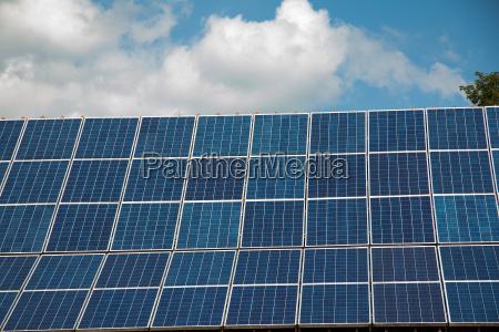 photovoltaikanlage am dach im sommer in