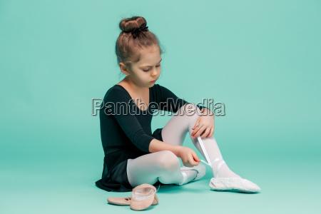 schoene kleine ballerina im schwarzen kleid