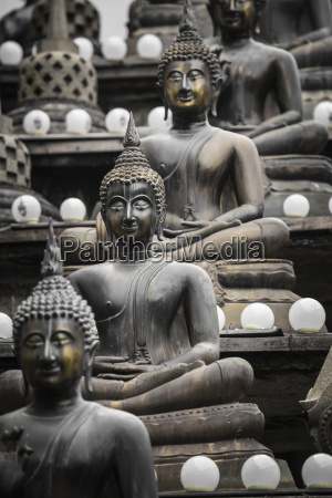 reihe von buddha statuen im ganagarama