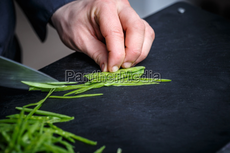 chef schneiden schnittlauch