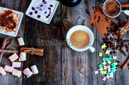 tasse schwarzen kaffee mit einem dessert