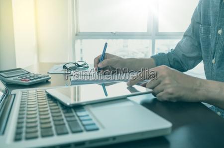 arbeitsprozess mann schreiben auf briefpapier mit