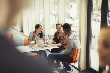 studenten die laptop in der cafeteria