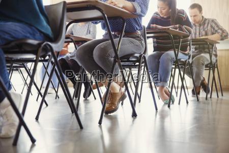 college studenten an schreibtischen in klassenzimmer