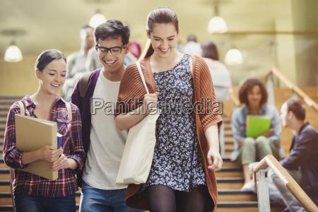 smiling college studenten in treppe zu