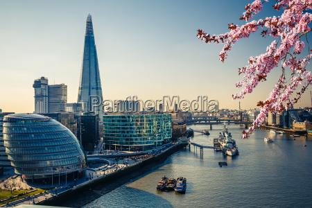 thames und london city im fruehjahr