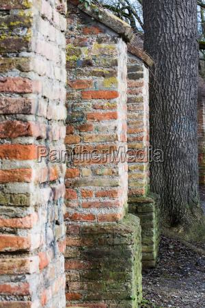 detail der historischen stadtmauer von augsburg