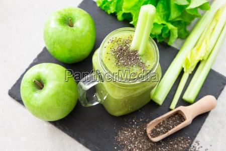 blended green smoothie mit zutaten superfood