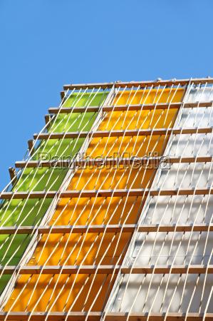 moderne mehrfarbige glasgebaeude aeussere des lokalen
