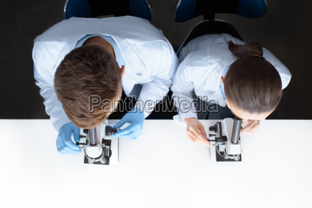 draufsicht von wissenschaftlern in uniformen durch