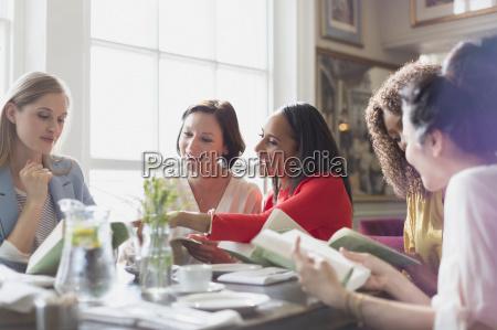 frauenfreunde buchclub buch am tisch im