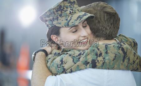 ehemann begruessung umarmt soldat frau