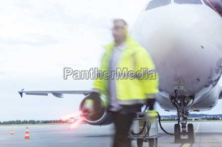 fluglotse vergangenheit flugzeug auf asphalt zu
